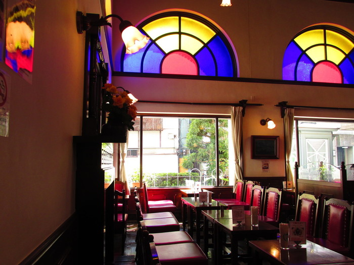 店内は、赤い革張りの椅子に、ステンドグラスと、昔ながらの喫茶店そのもの。