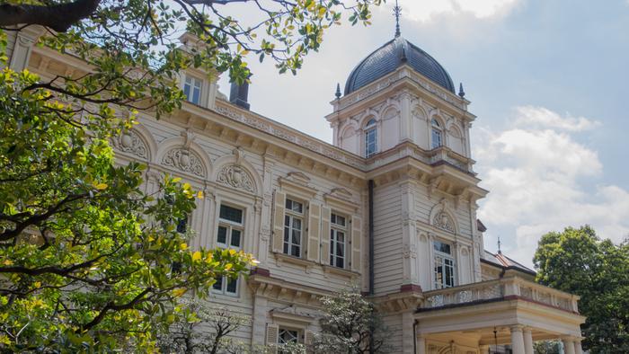 湯島駅から徒歩3分ほどのところにある「旧岩崎邸庭園」は、三菱財閥第3代社長の岩崎久彌の旧邸宅です。