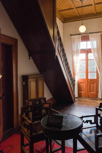 近代日本住宅を代表する西洋木造建築は、明治29年にイギリスの建築家ジョサイア・コンドルによって設計されました。