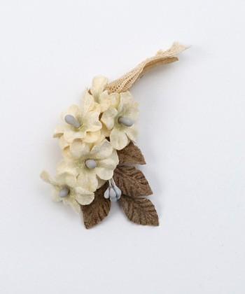 ベージュ×ブラウン×グレーという、秋色のコサージュです。秋のシックな装いや、ホワイトコーデなどに合わせたいおしゃれなアイテム。