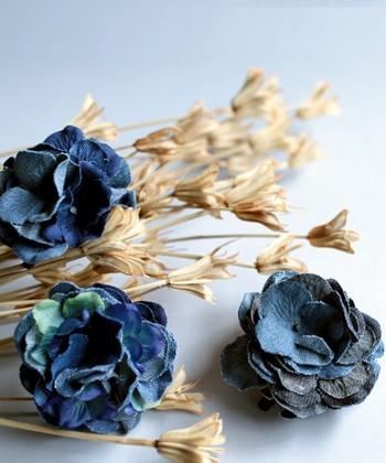 デニム素材で作られたお花のコサージュは、素材のカジュアルさでどんなアイテムにも合わせやすく作られています。季節を問わずに使えるのも、デニム素材の大きな魅力ですね。