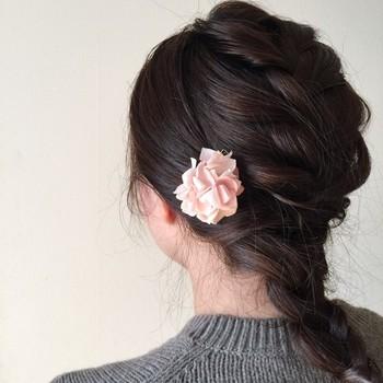 服に付けるだけではなく、髪の毛に付けてヘアアクセサリーとして使うのもおすすめです。ピン留めやゴムに付けて使うことで、ヘアアレンジの華やかなアクセントになります。