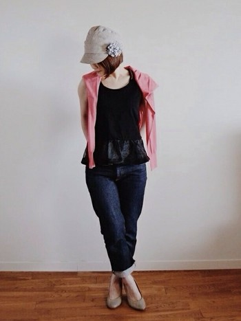 コサージュを帽子に付けてコーデのポイントに。シンプルな無地の帽子であれば、どんなコサージュを付けても浮くことはあまりありません。洋服と色を合わせたコサージュを付けてみるのもまとまりが出ておすすめですよ♪