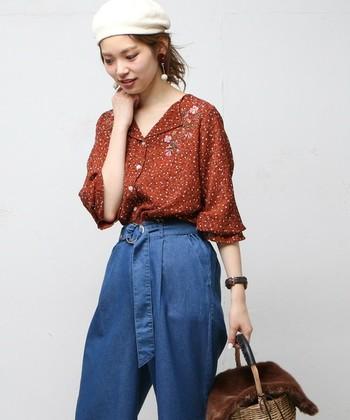 柄もののシャツもデニムを合わせてカジュアルダウン。 Tシャツよりかっちり、ジャケットより着やすい。 便利なシャツをコーディネートに取り入れてみて。