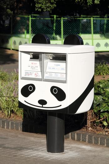 パンダの展示場のそばには、こんなにかわいいパンダポストが!こちらから手紙を投函すると、上野にちなんだ特別な消印を押して配達してくれるんですよ。