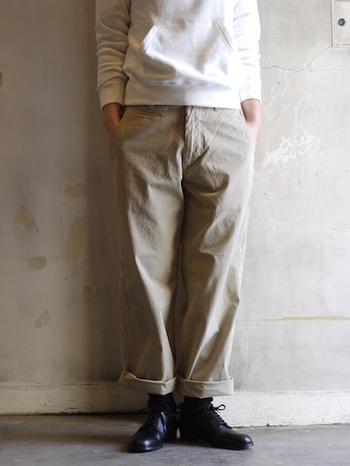 ロールアップしたハリ感のあるワイドなチノパンに、ボリュームのあるショートブーツを合わせてメンズライクな雰囲気に。