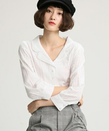 開いた衿のデザインがレトロでかわいいシャツ。襟周りが広いので首元がスッキリ見えますね!