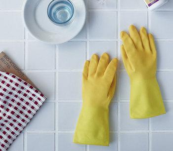 プロも使うブランドの家庭用グローブ。高い耐久性と使いやすさでキッチンのお掃除が快適に。明るい黄色で楽しく、手荒れも防いでお掃除できそう。