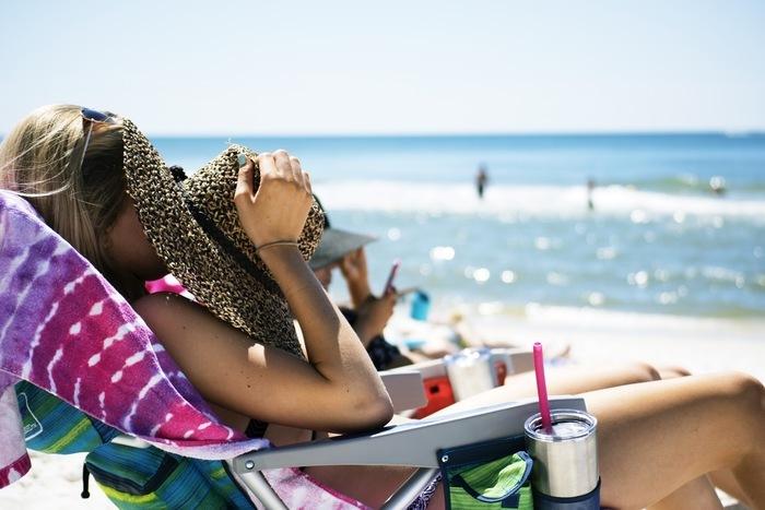 夏のプールや海はとっても楽しいけれど、プールや海水には、塩素や塩分が含まれているので、乾燥やきしみの原因につながってしまいます。濡れたままの髪は、とってもデリケートなので、プールや海へ行った後は、汚れをしっかり落として、ドライヤーできちんと乾かすことが大切です。