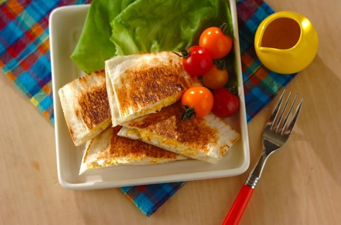 ホットサンドメーカーがなくても、フライパンで手軽にできるホットサンド。フォークを使ってパンの周りを押さえることで、うまく閉じることができるようです。食べやすさも、忙しい朝向きですね。