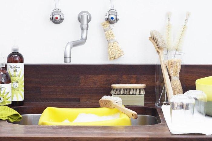 お掃除を簡単にするコツは、毎日の流れに組み込む事と汚れを溜めやすい環境を作らない事。シンプルな水回りのアイテムと掃除道具で、掃除が面倒にならない工夫を見習いたいですね。