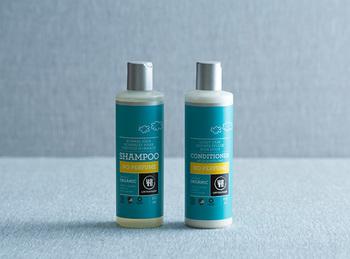 デンマークのオーガニックボディケアブランドのオーガニックシャンプー&コンディショナー「ウルテクラム 無香料 シャンプー」。敏感肌やアレルギー体質の方、赤ちゃんにも使えるマイルド成分のシャンプー&コンディショナーです。ハーブの特性を活かして、髪質に合わせた心地よい洗い心地です。エッセンシャルオイルを混ぜれば、自分好みの香りのオリジナルシャンプーが作れちゃいますよ。