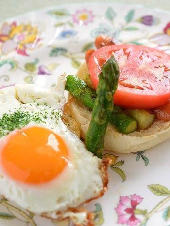 フライパンひとつでできる、栄養バランスに優れた朝食レシピ。元気の出る鮮やかな色合いもいいですね。とろとろ卵がしみ込んだマフィンは、たまらないおいしさ。