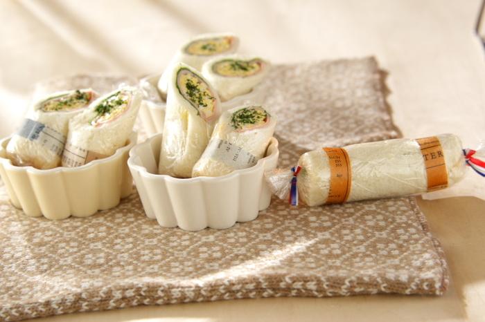 サンドイッチ用のパンに野菜やハムなどの具をはさんで、くるくるするだけ!とても簡単に、キュートなルックスのロールサンドイッチができあがります。