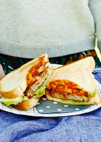 お肉をはさんだボリュームたっぷりのサンドもたまにはいいですね。ハンバーグは、時間のあるときに作って、冷凍しておくと時短になります。