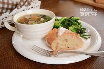 トマトとマッシュルーム、ベーコンなどのスープに、焼きたてのバゲットを添えてワンプレートに。栄養豊富な充実の朝食になります。スープは、具だくさんにすれば多くの品目が食べられ、とてもおすすめ。パンを浸して食べるのもいいですね。