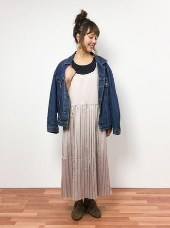 ヴィンテージ感のあるデニムジャケットを合わせた、甘すぎないコーデが◎秋っぽいブーツもかわいい♪