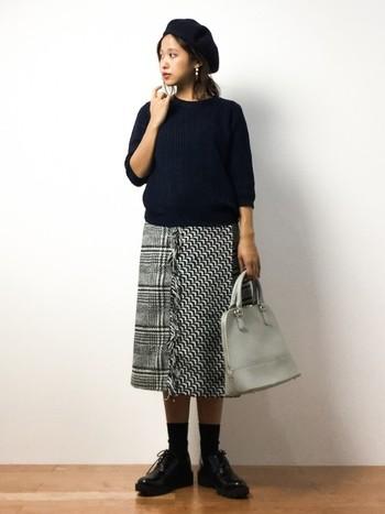 色んな編み生地が合わさった、ツイード素材ならではのデザインが素敵。メンズライクなオックスフォードシューズとも好バランス。