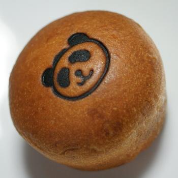 パンダの焼き印が押されたあんパンは、ブリオッシュ生地の中に甘さ控えめの粒あんが入っています。