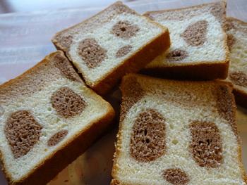 ここアトレ上野店だけで買うことができる「パンダ食パン」。カットするごとに出てくるパンダの顔がかわいい!ほんのりココアの香りのする、ふわふわの食パンです。