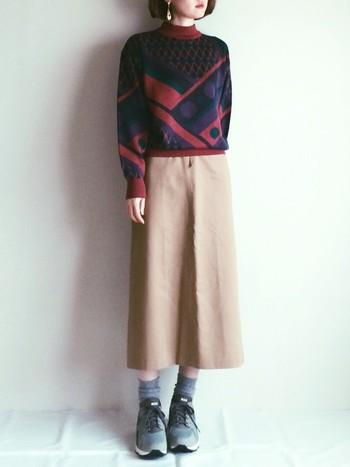 秋冬に大活躍するニットやセーター。新品で購入するよりもリーズナブルで、今にはないデザインのアイテムがたくさんあります。ちょっぴりダサい柄物も、お手頃な価格で購入できるから、あえて「ダサかわいい」着こなしを楽しみましょう!