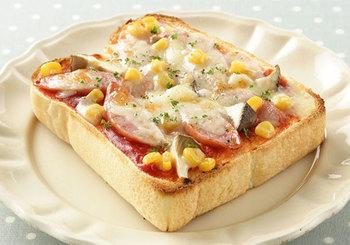エリンギを加えることで、新鮮な食感に。ピザトーストは、トッピングによって洋風にも和風にもなり、アレンジがききやすいパンメニューです。