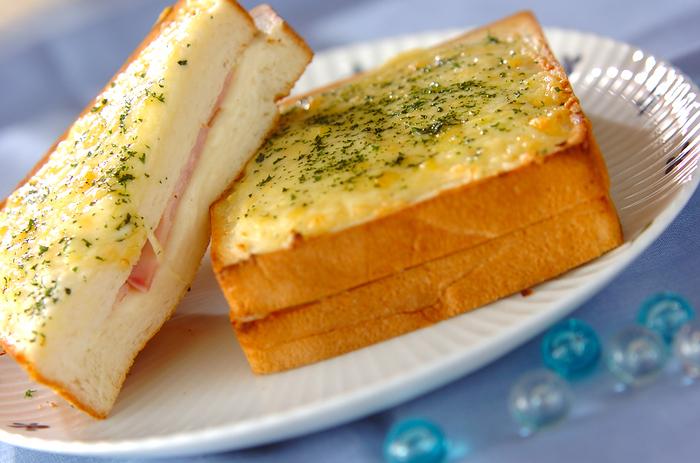 パンにハムとチーズをはさんでフライパンで焼き、ベシャメルソースを塗ったクロックムッシュ。フランスのカフェ生まれのおしゃれなパンメニューです。上に目玉焼きがのったものは、クロックマダム。