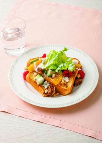 フルーツたっぷりのサラダとともに楽しむ豆乳フレンチトースト。ビタミンカラーが元気をくれる、ヘルシーな朝食です。