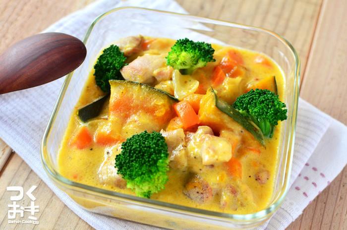 かぼちゃをメインとした、彩り綺麗なクリーム煮のレシピ。シチューの素が無くても、牛乳で煮込んで片栗粉でとろみをつけるので、おうちにある食材で手軽につくることができます。5日ほど冷蔵保存でき、冷やすことでサラサラとしたスープに。