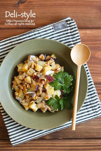 作り置きもできる、オシャレなデリ風サラダのレシピです。さつまいもをメインに、クルミも加えて秋らしい一皿に。さつまいもや炒めた玉ねぎの甘さに、炒ったクルミの香ばしさが◎!