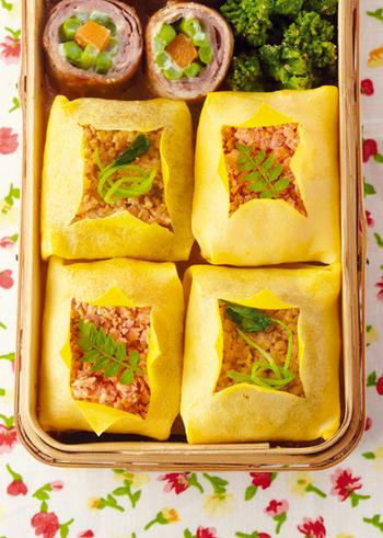 繊細な薄焼き卵に包まれた、春らしい色合いが綺麗な茶巾包み。ピリッとしょうがの効いたそぼろは、ビールや日本酒などにも合いますよ。