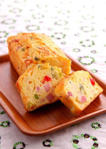 「ケーク・サレ」はスイーツではなくおかずになる甘くないケーキのこと。春野菜をたっぷり詰め込んだケーク・サレは見た目もおしゃれで華やか。ワインやシャンパンのお供にぴったりですね。