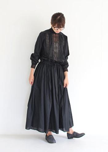ブラックをワントーンでまとめる時は重くなりすぎないよう素材やディテールにこだわって。少し肌が透けるデザインだと軽さも出て素敵です。