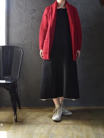 リボンを前でも後ろでも結べるワンピースなら気分次第で着こなしに変化がつけられます。ブラックのシンプルなワンピースに赤のカーディガンを合わせれば、より暖かな雰囲気に。足元を白のスニーカーにすれば重くなりがちな黒多めのコーデも軽やかに仕上がります。
