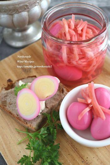 桜色に染まった可愛らしいうずらの卵。紅ショウガと一緒に一晩漬けて置くだけで、お花見にぴったりな可愛いおつまみができちゃうんですよ♪もちろん日本酒のお供に間違いなしの美味しさです!