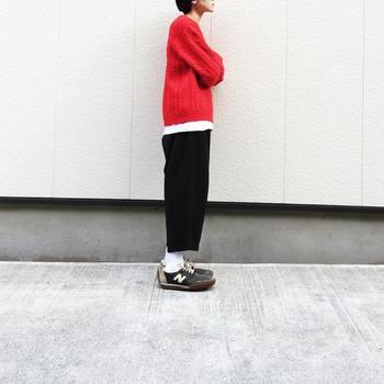 白・黒・赤をバランスよく取り入れたコーディネートも素敵。赤のニット、インナーの白のTシャツ、黒のパンツ、全てちょっぴりゆったりめにしているところがナチュラル感を生み出す秘訣。