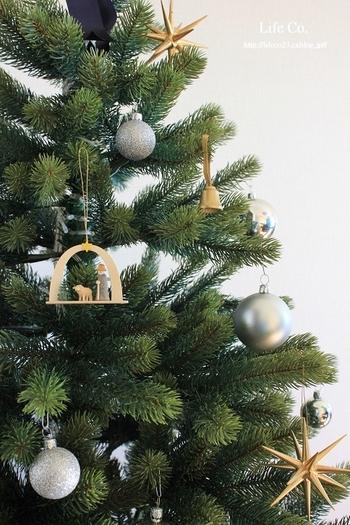 いつものツリーも、こんな風に木製オーナメントでナチュラルに飾ってみませんか?