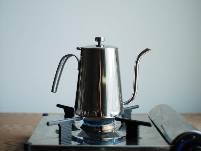 コーヒーをおいしく淹れるには、ドリップが命。細長い注ぎ口だから、いつでもちょうど良い量に調整可能です。からっ風が吹く中でも、お湯が冷めにくいステンレス製なので、アウトドア用としても重宝すること間違いなし!