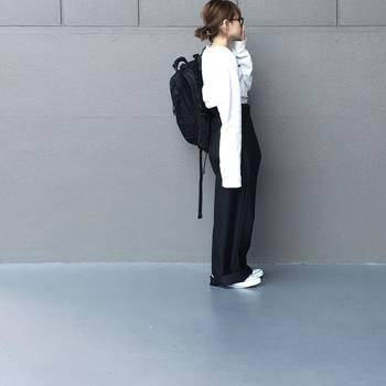 年代を問わず人気のコーディネートであるモノトーン。肩の力を抜いてナチュラルにシンプルに着こなすのが大人流。