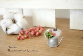 こんなに小さくても、存在感抜群のジョウロのオブジェ。ふわふわの綿と赤い実がクリスマス気分を盛り上げます。