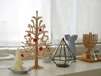 ナチュラルな木製ツリーに赤い実のオーナメントが素敵ですね。シンプル可愛い、北欧らしいクリスマスツリーです。