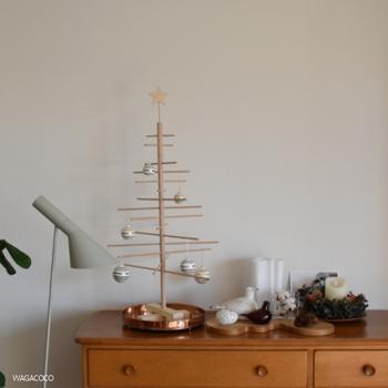 こちらも木製のツリー。ツリーの棒は全て取り外せて、筒のボックスにまとめてしまっておけるので、場所を取りません。