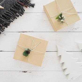 シンプルなクラフトラッピングも、お花の飾りをちょこんと付ければ大変身!