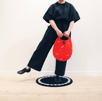 黒のワントーンコーデに赤のバッグを合わせるとそれだけで、オシャレ度が一気にアップ♪洋服で赤を取り入れるのに抵抗のある方も、これなら取り入れやすいですよね。