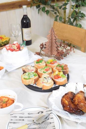 テーブルクロスの色や素材にも気を配って。リネンやコットンの優しい色合いは、食事をより美味しそうに見せてくれますよ。たのしいクリスマス・ディナーを!