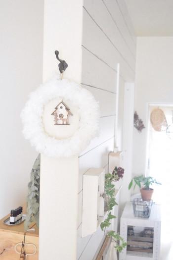 """まっ白ふわふわ毛糸のリース。色々な素材のリースがありますが、ナチュラル・クリスマスのポイントは""""色味を抑えること""""と""""木の質感を生かすこと""""!"""
