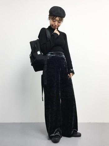 定番の黒ベロアパンツは1枚あると便利♪オールブラックのモードなコーデが素敵です。