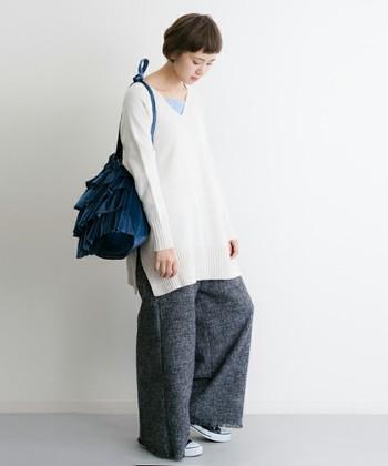 ナチュラルなコーデに、フリルデザインのベロアバッグがよく映えます。鮮やかなブルーもコーデのアクセントに。
