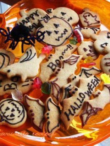 砂糖を使わず、メープルシロップのみで甘さをつけた素朴なクッキーです。型抜きして焼き上げたあと、アイシングやチョコペンで思い思いの絵を描きましょう。子どもに手伝ってもらっても良いですね。