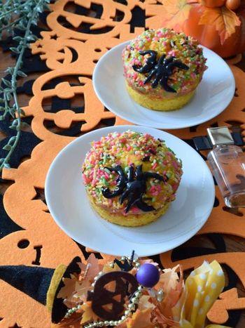かぼちゃのピュレと手軽なホットケーキミックスでつくる、パンプキンマフィンです。バター不使用でヘルシーなのも嬉しいですね。カラースプレーをのせて焼き、冷めてからチョコペンでクモを書いてできあがり。